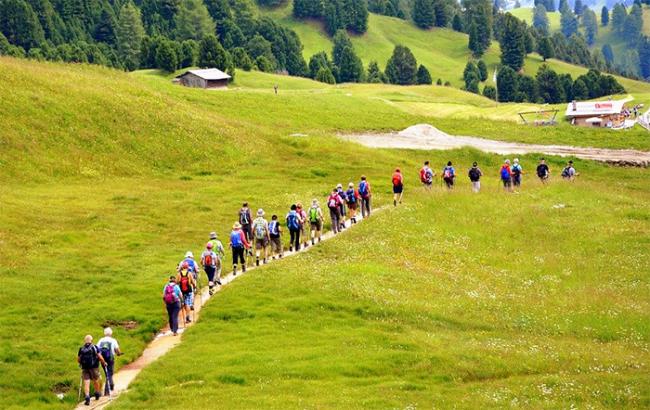 camminata montagna gente