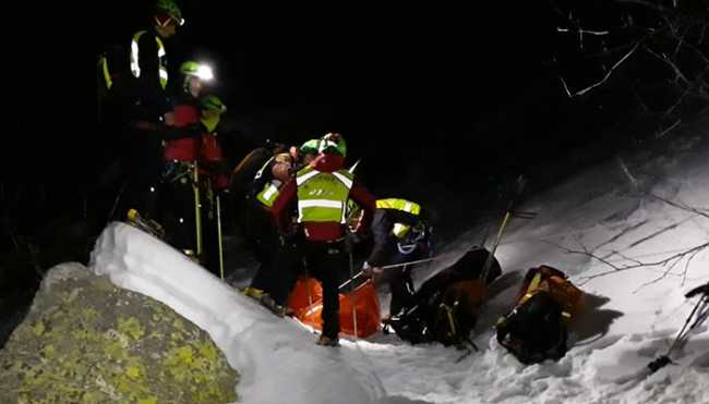 notte neve uomini gruppo soccorso