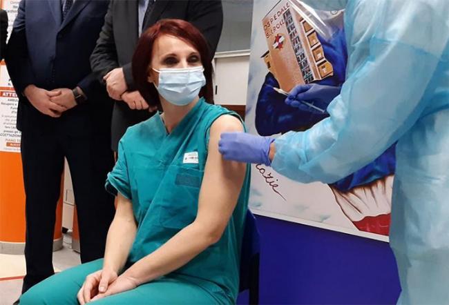 vaccino infermiera verde