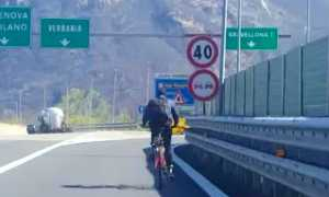ciclista bici superstrada